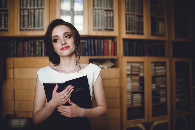 Femme avec un livre ouvert dans la main