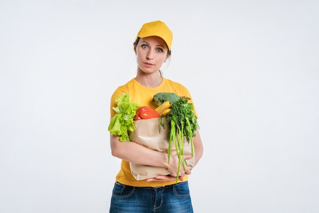 Femme livreur de nourriture avec emballage alimentaire