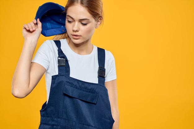 Femme en livreur de vêtements spéciaux et chargeur sans contact