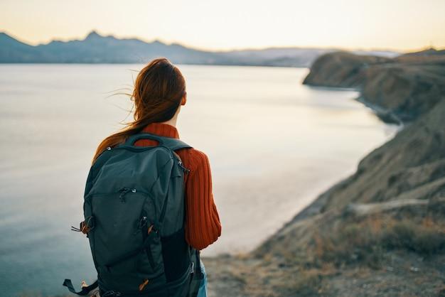 Femme avec la loi après des vacances difficiles dans les montagnes du paysage