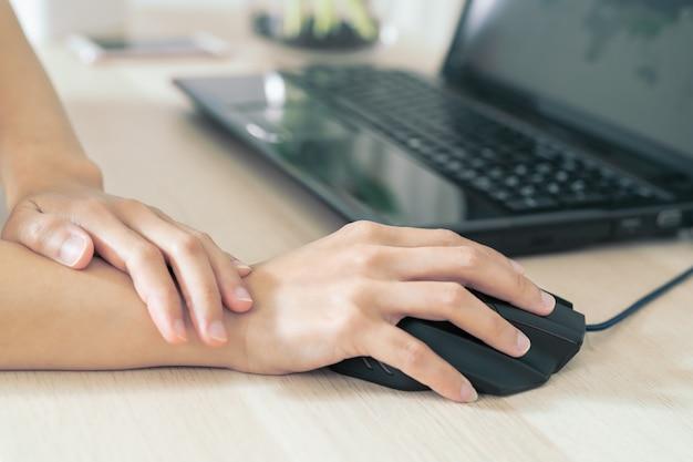 Femme long bras douleur utilisation longue souris travaillant. syndrome de bureau
