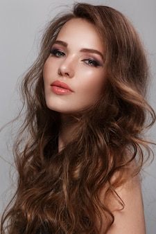 Femme avec long cheveux brillant