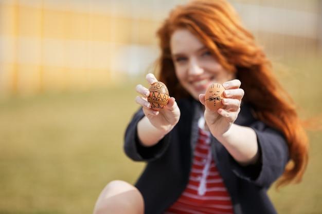Femme, à, long, cheveux roux, projection, deux, peint, oeufs pâques