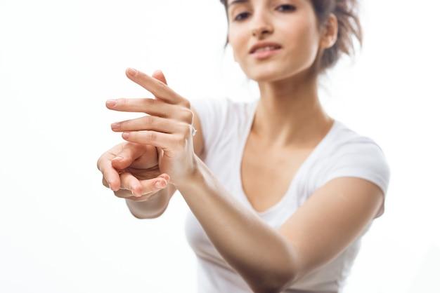 Femme avec lotion dans les mains soins de la peau cosmétologie hydratante