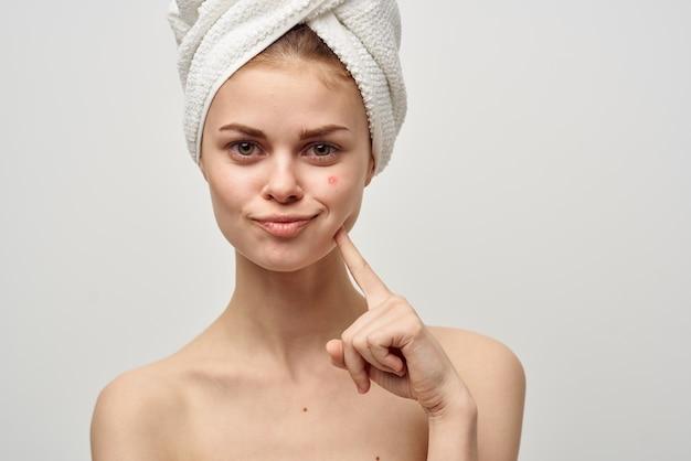 Femme avec une loupe à la main fond isolé dermatologie