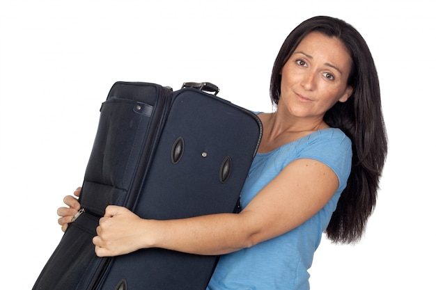 Femme avec une lourde valise isolée sur fond blanc