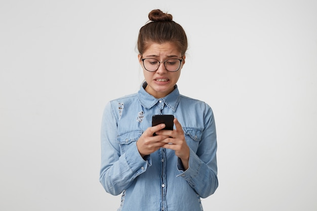 Femme a lu le message dont elle est tombée dans la panique, a serré les dents
