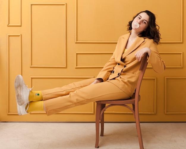 Femme ludique sur chaise