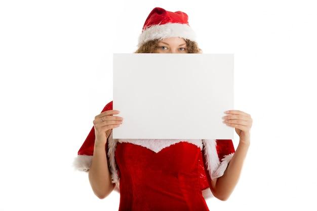 Femme ludique avec santa hat montrant un signe blanc