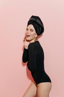 Femme ludique en turban à l'avant