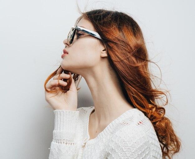 Femme avec des lunettes d'affaires classiques