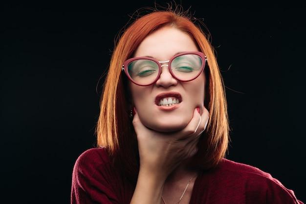 Femme, lunettes, avoir, mal gorge
