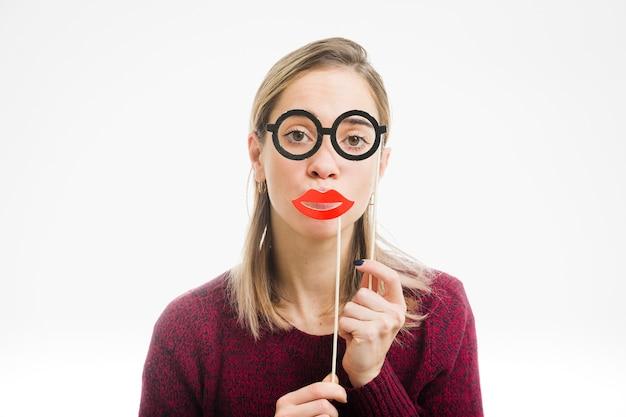 Femme avec des lunettes et baiser la bouche