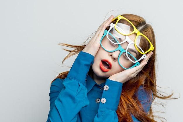 Femme à lunettes, beaucoup de lunettes, problèmes de vision, lunettes de mode colorées