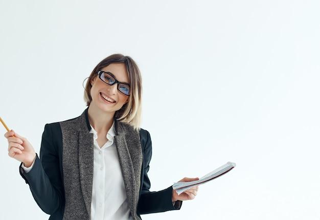 Femme avec des lunettes businesswoman bloc-notes dans l'écriture à la main