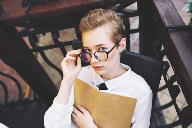 Femme avec des lunettes et des cheveux courts