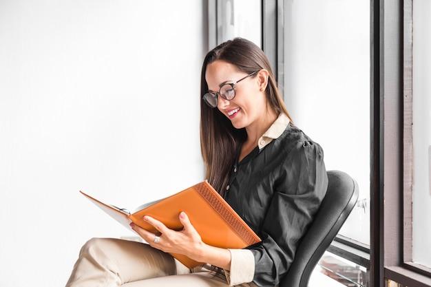 Femme avec des lunettes sur le côté