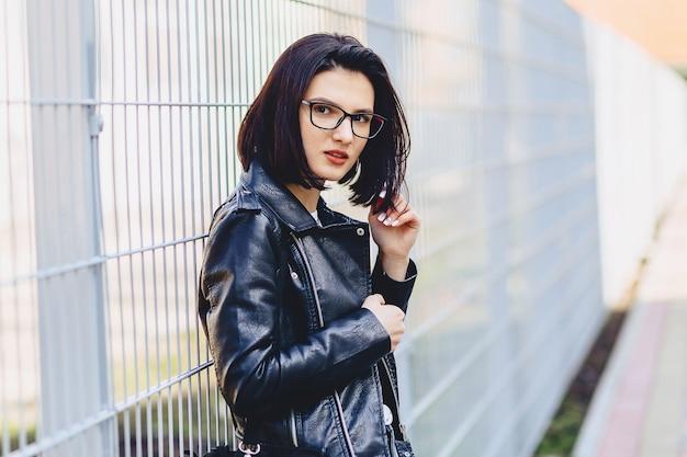 Femme, lunettes, cuir, veste, rue