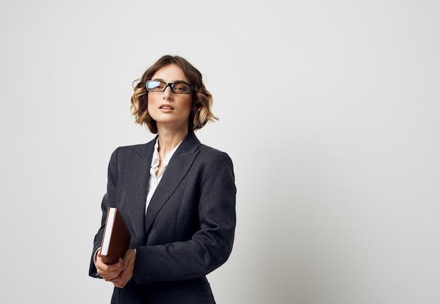 Femme à lunettes documents de finance d'entreprise et chemise veste noire