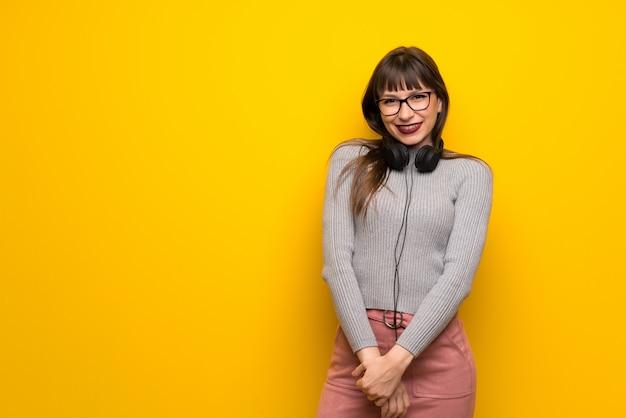 Femme à lunettes avec des écouteurs