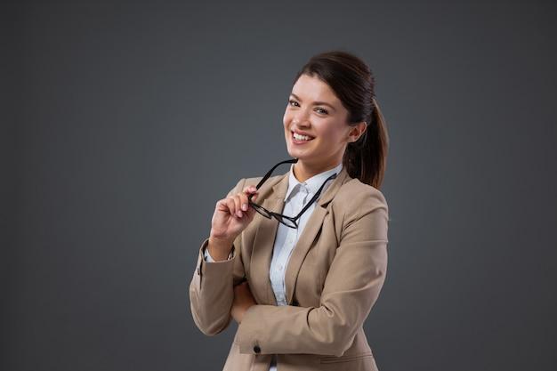 Une femme avec des lunettes faisant son travail