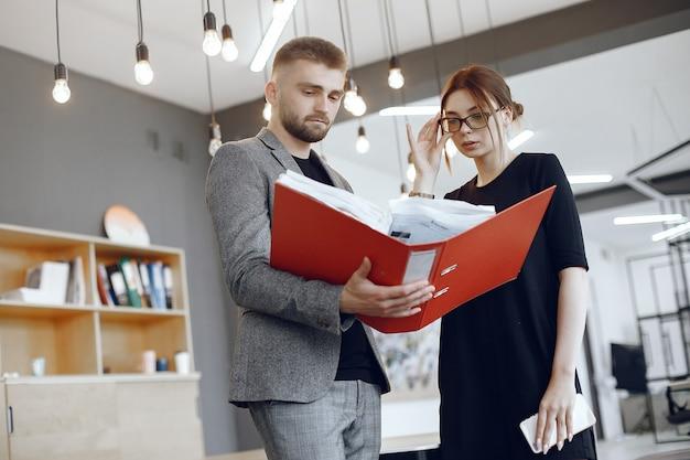 Femme, à, lunettes., homme affaires, à, documents., collègues, travailler ensemble
