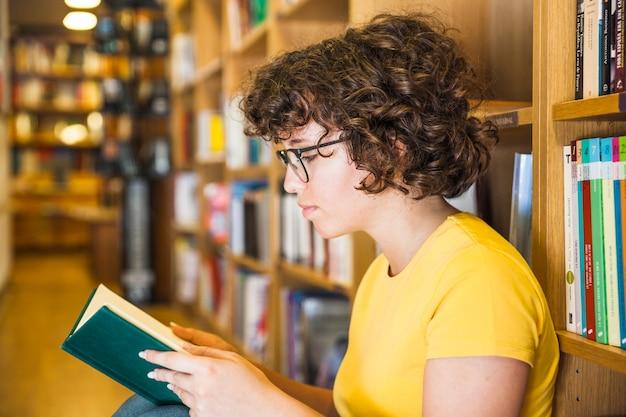 Femme à lunettes, livre de lecture