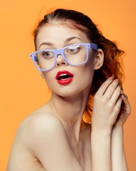Femme lunettes mur orange jaune vif