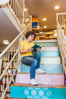 Femme, lunettes, penchant, balustrades, bibliothèque