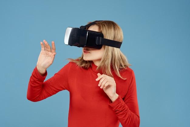 Femme en lunettes de réalité virtuelle technologie jeux vidéo veste rouge bleu