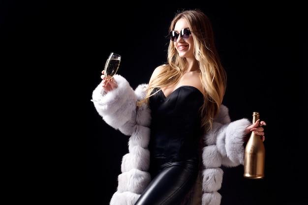 Femme, lunettes soleil, célébrer, à, champagne