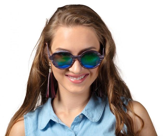 Femme à lunettes de soleil d'été avec long cheveux bouclés