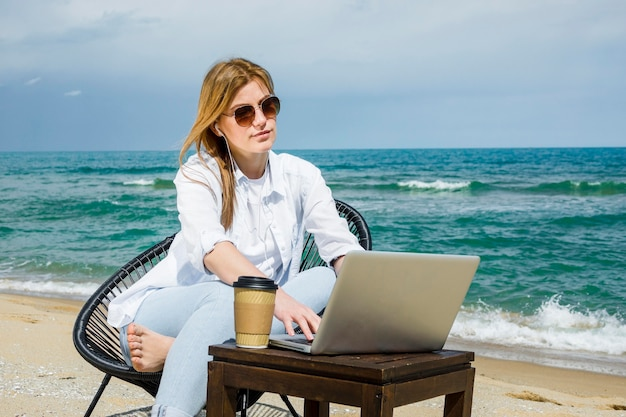 Femme, lunettes soleil, fonctionnement, plage