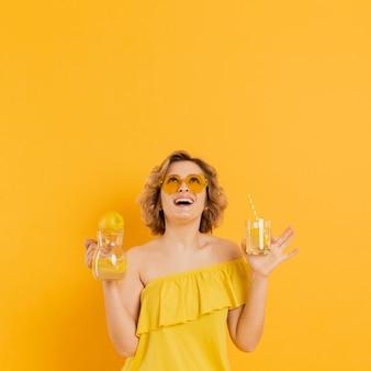 Femme, lunettes soleil, limonade