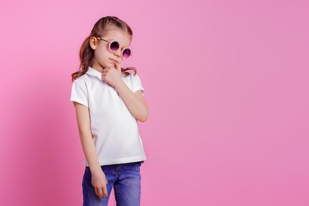Femme à lunettes de soleil rondes rose isolé sur rose