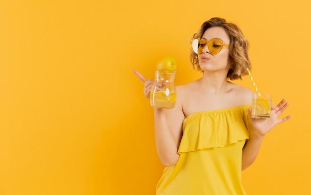 Femme, lunettes soleil, tenue, verre, limonade