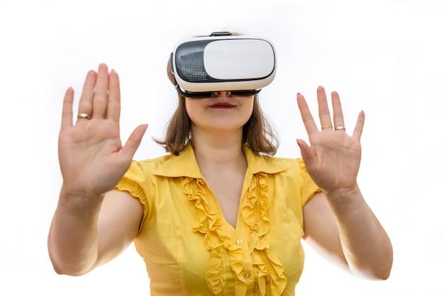 Femme à lunettes virtuelles isolé