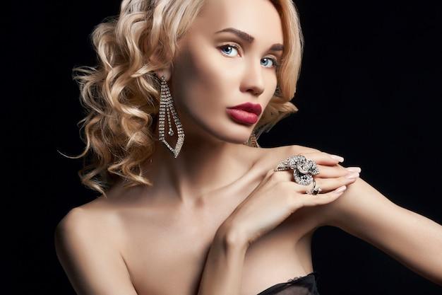 Femme de luxe aux cheveux bouclés élégant