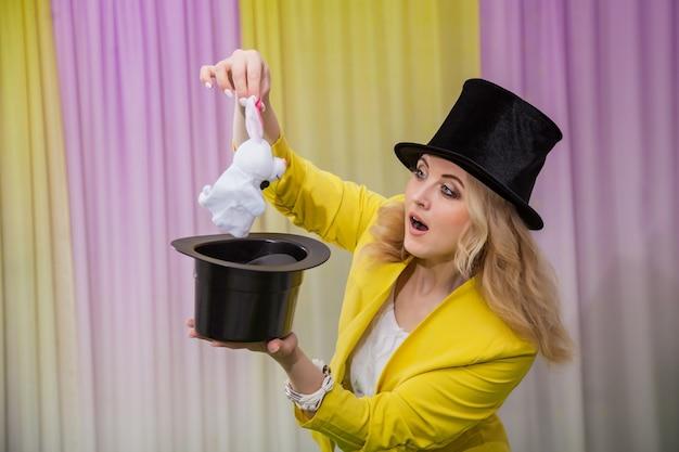 Femme magicien montre des tours