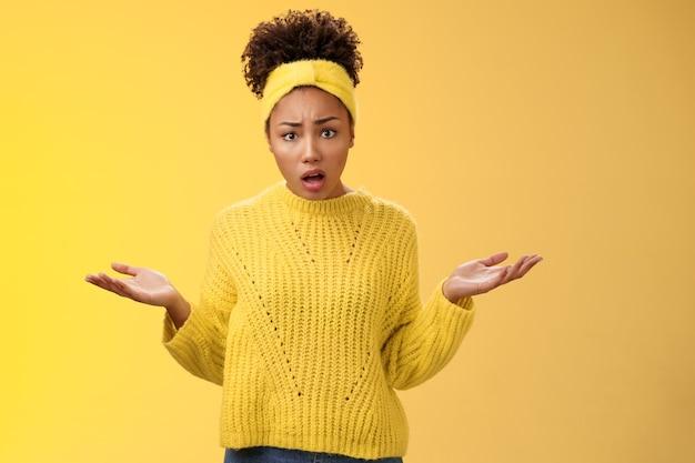 Une femme magnifique afro-américaine, agacée et confuse, a combattu des réponses exigeantes, interrogées, levant les mains sur le côté, la consternation, levant les sourcils, désemparée, je veux savoir ce qui se passe, perplexe.