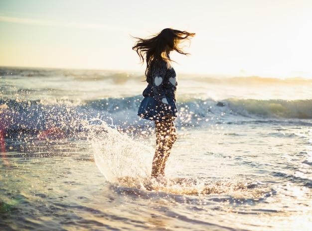 Femme magnifique élégante, profitant de la mer