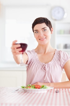 Femme magnifique grillage avec du vin