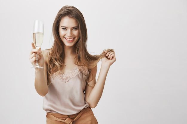 Femme magnifique stupide avec une coupe de champagne