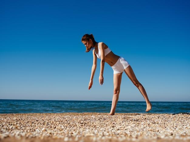 Femme en maillot de bain médite paysage océanique. photo de haute qualité