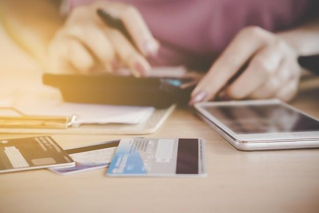 Femme main calcul des dépenses et de la dette de cartes de crédit
