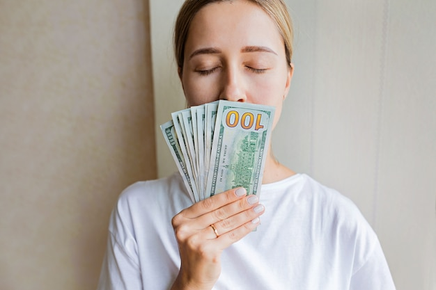 Femme, main, cent dollars, billets