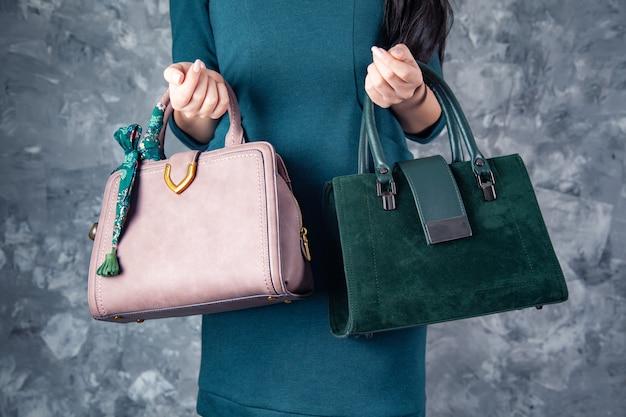 Femme main deux sac sur fond gris