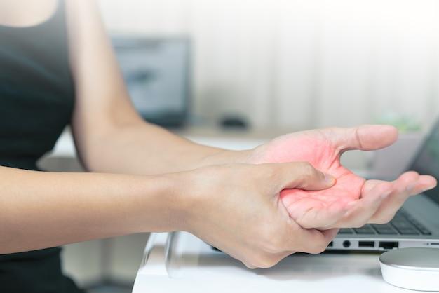Femme main douleur utilisation longue souris travaillant. syndrome de bureau
