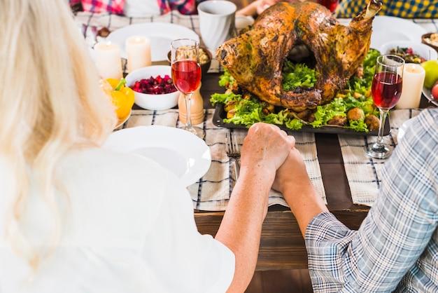 Femme, main humaine, table
