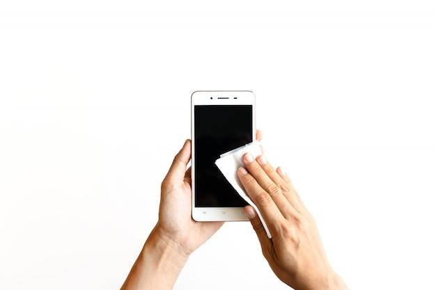 Femme main nettoyage smartphone avec lingette humide désinfectante